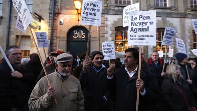 Manifestation contre la participation de Marine à une conférence-débat à l'université d'Oxford, au Royaume-Uni.