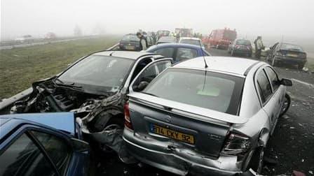 Selon la Sécurité routière, 4.273 personnes ont été tuées sur les routes françaises en 2009, soit presque autant que l'année précédente (4.275) mais le nombre de blessés est en diminution. /Photo d'archives/REUTERS