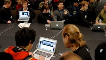 Les chercheurs ont réussi à pirater des webcam de macbook datant de 2008.