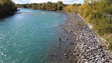 Pêche à la mouche, sur les bords de la rivière Bow, au Canada.