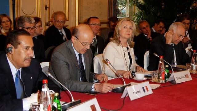 """Les pays du groupe des """"Amis de la Syrie"""" réunis à Paris. Damas et les Nations unies ont signé jeudi un protocole sur les conditions de déploiement des """"bérets bleus"""" en Syrie, sans parvenir à s'entendre sur la taille de leur mission. Ban Ki-moon espère f"""