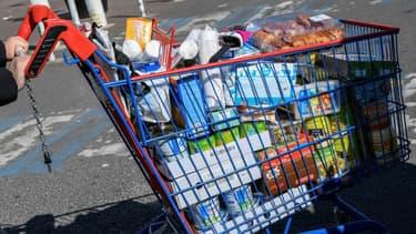 Un chariot rempli à la sortie d'un supermarché (illustration)