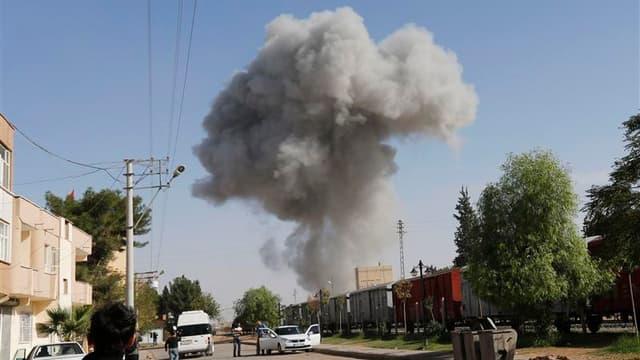 Bombardement à Ras al Aïn, observé depuis le village turc de Ceylanpinar. Les bombardements de l'armée syrienne se sont poursuivis lundi dans le secteur de Ras al Aïn, tenus par les rebelles, près de la frontière avec la Turquie. /Photo prise le 12 novemb