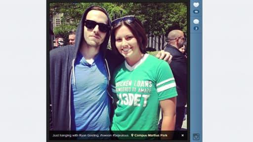 """""""Je traîne juste avec Ryan Gosling, #soyezjaloux"""" a tweeté cette jeune femme, posant avec le sosie de l'acteur à Detroit."""