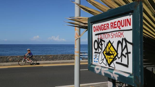 Un arrêté préfectoral interdit la baignade dans sur plusieurs plages de l'île de la Réunion, comme ici à Etang-salé, en raison des requins.