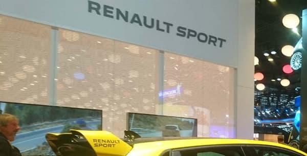 Sur le stand Renault Sport, le beau concept de Clio 4 survitaminée fait face à la Formule 1 de la marque au losange, elle aussi nommée RS16...