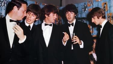 Les Beatles au côté de Brian Epsteinn leur manager.