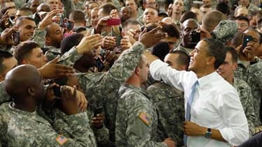 Barack Obama s'est rendu vendredi à Fort Campbell, base militaire du Kentucky, pour remercier personnellement certains membres du commando qui a tué Oussama ben Laden au Pakistan. /Photo prise le 6 mai 2011/REUTERS/Kevin Lamarque
