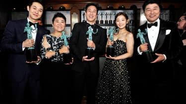 """Choi Woo-shik, Lee Jeong-eun, Lee Sun Gyun, So-dam Park et Kang-ho Song, une partie du casting de """"Parasite"""", le 19 janvier lors des SAG AWards"""