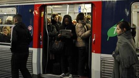 Le trafic était toujours perturbé mardi, surtout dans le sud-est de la France, au septième jour de grève à la SNCF pour l'emploi et les salaires à l'appel de Sud-Rail et de la CGT. /Photo prise le 3 février 2010/REUTERS/Benoît Tessier