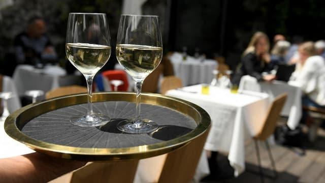Le marché de la restauration commerciale a vu son chiffres d'affaires quasiment divisé par deux sur les sept premiers mois de l'année, selon une étude.