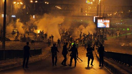 Des pro-Morsi s'affrontent avec l'armée, samedi, à l'aube.
