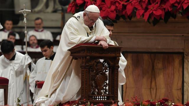 Le Pape François priant lors de la messe de noël, à la basilique Saint Pierre, au Vatican, le 24 décembre.