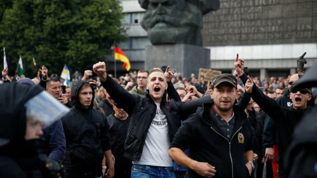 Manifestation de groupes d'extrême droite devant une statue de Karl Marx à Chemnitz, en Allemagne, le 27 août 2018