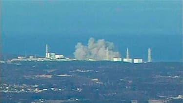 Une explosion et une fuite radioactive se sont produites samedi à la centrale nucléaire japonaise de Daiichi, où le toit d'un des réacteurs s'est effondré, au lendemain du séisme qui a fait au moins 1.300 morts dans le nord-est de l'archipel. /Image diffu