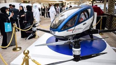L'EHang 184, un véhicule aérien autonome capable de transporter une personne, a été testé à Dubaï.
