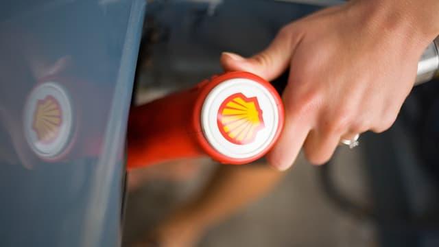 Shell teste un système automatique qui fixe et change les prix en permanence des carburants de certaines de ses stations-service aux Pays-Bas.