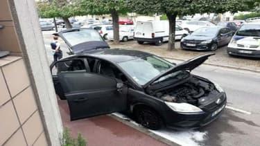 Un véhicule de police banalisé a été incendié à Corbeil-Essonnes.