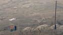 Enquêteurs sur les lieux de l'explosion d'un stock d'armements sur une base navale de chypriote. Au moins 12 morts ont été tuées, le site a été partiellement dévasté, des villages alentours ont aussi subi d'importants dégâts et la principale centrale élec