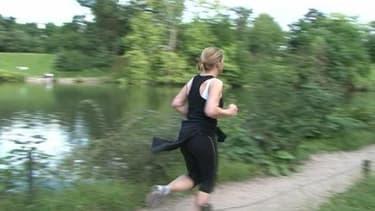 Une joggeuse fait son footing matinal