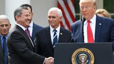 Brian Cornell, PDG de Target, serrant la main de Donald Trump le 13 mars 2020 à la Maison Blanche