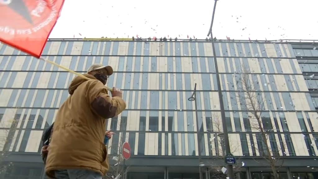https://images.bfmtv.com/qfyFjO6lyM7zJOJRB6I23YJwB7c=/0x0:1024x576/1024x0/images/Des-eboueurs-en-greve-ont-manifeste-depuis-le-toit-de-la-direction-de-la-proprete-a-Paris-482137.jpg