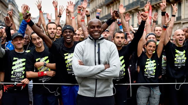 A 54 ans, Carl Lewis (ici sur la ligne de départ du 10km Nike Paris centre) soulève toujours l'enthousiasme.