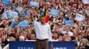 Barack Obama salue la foule lors d'un rassemblement électoral à l'université de Madison, dans le Wisconsin. En tournée cette semaine dans quatre Etats pour remobiliser l'électorat qui l'a porté à la Maison blanche en 2008, le président américain s'est eff