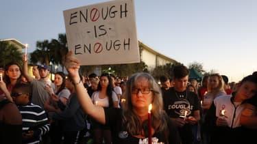 Des Américains rendent hommage aux victimes de la tuerie du lycée Marjory Stoneman Douglas, le 15 février 2018 à Parkland, en Floride.