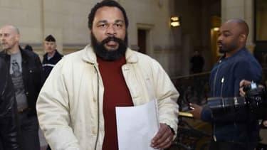 L'humoriste Dieudonné M'bala M'bala au palais de justice de Paris le 12 mars 2015.