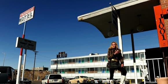 Le motel est, dans la fiction, un repaire de dealers de crack.