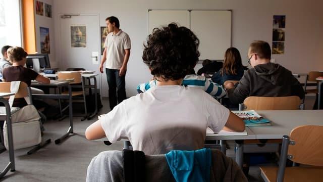 Un enseignant dispense un cours (illustration)