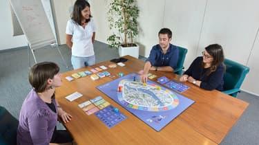 Le jeu de société Dilemme est une initiative de l'association Cresus, qui lutte contre le surendettement et promeut l'éducation financière auprès du grand public.
