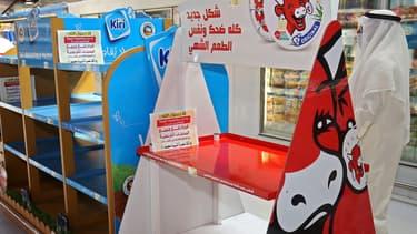 Rayons vidés des fromages français Kiri et Vache Qui rit dans un supermarché du Koweït le 23 octobre