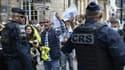 Des CRS et des manifestants contre le pass sanitaire devant le Conseil d'Etat à Paris jeudi.