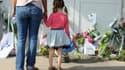 Des enfants déposent des fleurs devant l'entrée de l'école Edouard-Herriot, à Albi, le 5 juillet. Vendredi une enseignante a été mortellement poignardée par une mère d'élève.