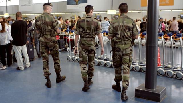 Des militaires patrouillant dans le cadre de l'opération Vigipirate, à l'aéroport de Roissy.