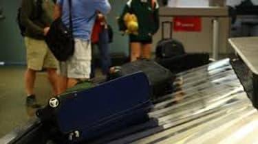 Avec les départs en vacances, les pertes de bagages dans les aéroports se multiplient. Pour les compagnies aériennes, ces bagages perdus coûtent très chers.