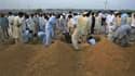 Préparatifs à l'enterrement des victimes de l'attentat suicide contre la mosquée Waali, à Darra Adam Khel, dans le nord-ouest du Pakistan. L'attaque a fait au moins 66 morts parmi les fidèles qui venaient de participer aux prières du vendredi. /Photo pris