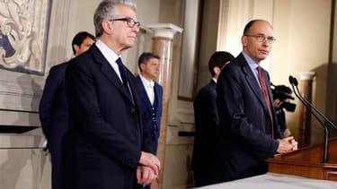 Enrico Letta (à droite), dirigeant du centre gauche italien, a été chargé par le président italien Giorgio Napolitano de former le nouveau gouvernement. /Photo prise le 23 avril 2013/REUTERS/Tony Gentile