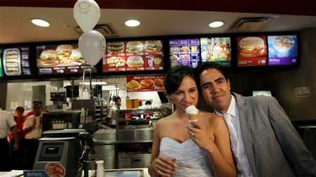 Un couple de Mexicains adeptes de restauration rapide, Carlos Munoz et Marisela Matienzo, se sont dit oui dans un McDonald's d'un quartier chic de Monterrey, dans le nord du Mexique. Selon la branche locale de McDonald's, il s'agissait de la première noce