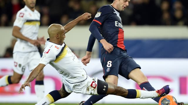 Thiago Motta face au Sochalien Carlao lors du match aller