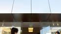 Un Apple store à Santa Monica, en Californie. De San Francisco à Séoul en passant par Sydney, des fans rendent hommage jeudi à Steve Jobs, qui a renoncé la veille à la direction générale d'Apple, au terme d'un long congé maladie. /Photo prise le 24 août 2