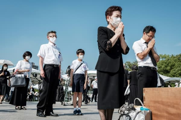 Minute de silence dans le parc du Mémorial de la Paix à Hiroshima pour les commémorations des 76 ans de la bombe d'Hiroshima, le 6 août 2021