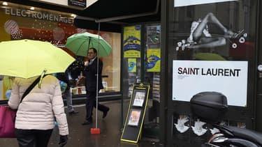 """Les affiches publicitaires Saint Laurent ont été jugées """"dégradantes"""""""