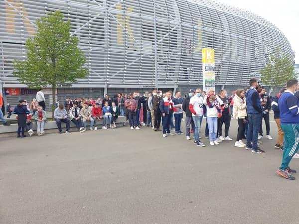 Les supporters lillois se rassemblent devant Pierre-Mauroy