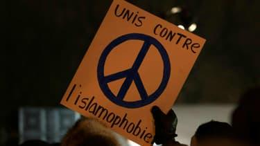 Dimanche vers 19h30, un jeune homme franchit les portes d'une mosquée de Québec puis il ouvre le feu, tuant six personnes âgées de 39 à 60 ans.