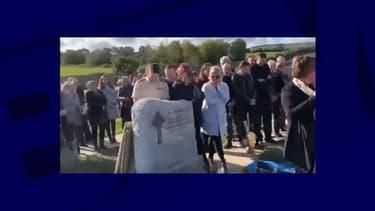 Au moment d'enterrer le cercueil, un enregistrement sonore a retenti, laissant croire que le défunt s'était réveillé.