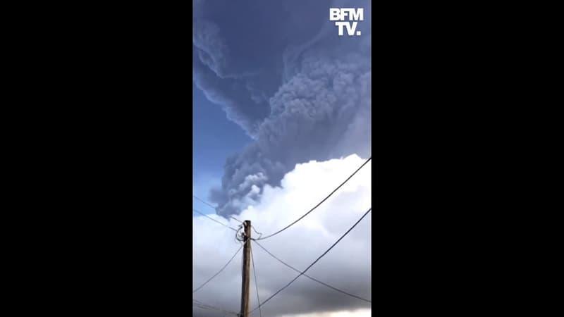 Pour la troisième fois en 5 jours, le volcan de la Soufrière à Saint-Vincent crache une épaisse colonne de cendres