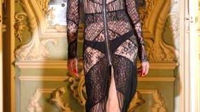 Le vestiaire Ungaro proposait du cuir et de la dentelle pour des silhouettes provocantes en vue de l'hiver prochain, dans le cadre des défilés parisiens de prêt-à-porter. /Photo prise le 7 mars 2011/REUTERS/Benoît Tessier